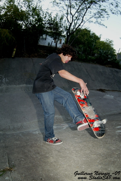 guillermo-narvaez-no-comply-one-foot-grab