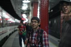 Isaac y Temo esperando el tren